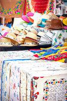 Verkaufsstand mit Hüten, bestickten Tischdecken und anderen Stoffwaren als Andenken an Portugal