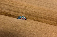 Trecker bereitet ein Feld für die Einsaat vor. Landwirtschaft