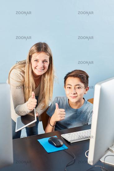 Schüler und Lehrerin mit Daumen hoch