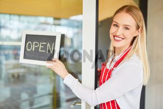 Junge Frau bei der Eröffnung von ihrem Restaurant