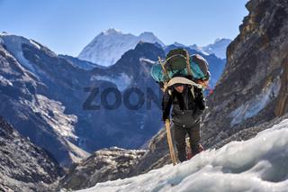 Träger auf einem Gletscher in Nepal
