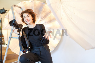 Frau im Fotostudio als selbständige Fotografin