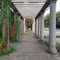 Pergola und Musikpavillon in einem Park imHerbst