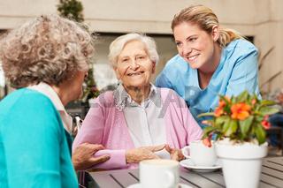 Senior Frauen im Altenheim beim Kaffee trinken