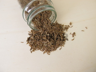 Kümmel Samen, Carum carvi, auf einem Holzbrett