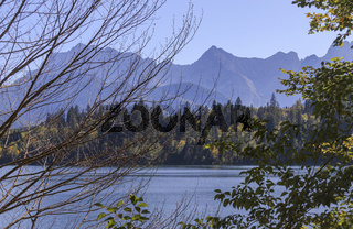 Herbstliche Landschaft Berge und See