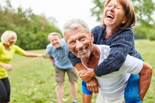 Senioren spielen zusammen im Park