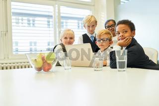 Gruppe Kinder als Business Team an Laptop Computer