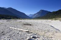 trockenes Flussbett im Sommer