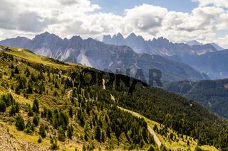Landschaft mit Wanderweg in Südtirol, Italien, landscape with hiking trail in south tyrol, italy