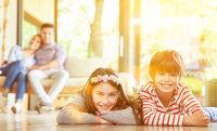 Junge und Mädchen als Geschwister zu Hause