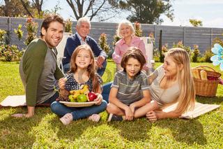 Großfamilie macht ein Picknick im Sommer im Garten