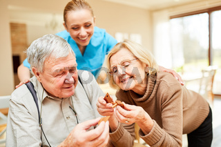 Senioren Paar hat Spaß mit einem Puzzlespiel