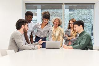 Start-Up Business Team im Konferenzraum