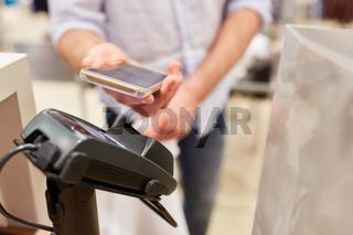 Kunde bezahlt mit NFC Smartphone
