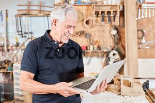 Handwerker Meister mit Laptop Computer