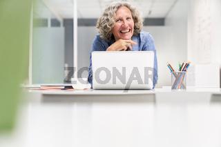 Erfolgreiche Business Frau am Laptop Computer
