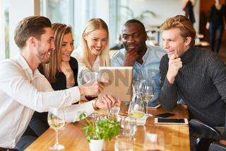 Junges Start-Up Team schaut auf Tablet PC