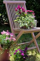 Gartenstuhl mit Blumen dekoriert