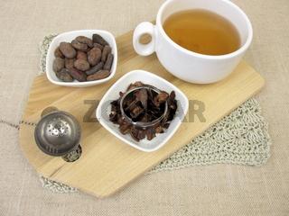 Eine Tasse Kakaotee aus gerösteten Kakaoschalen