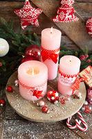 Rosa Kerzen und festliche Dekoration