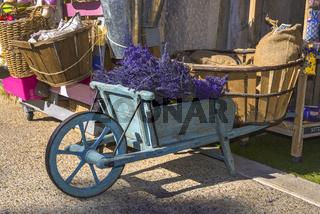 Typische Dekoration mit Lavendel und Handkarre