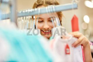 Mädchen beim Einkaufen in Mode Discounter