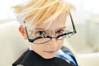 Junge mit Brille als kluger Schüler oder Student