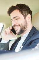 Geschäftsmann  telefoniert mit dem Handy