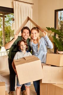 Glückliche Familie und Sohn mit Umzugskartons