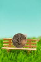 Ether Münze auf Bank als Altersvorsorge Konzept