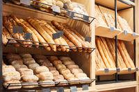 Brot und Baguette und Brötchen in Bäckerei