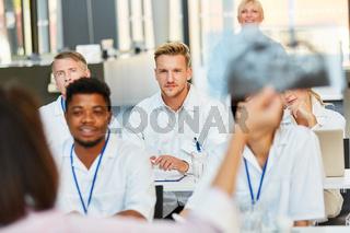 Studenten der Medizin in einem Radiologie Seminar