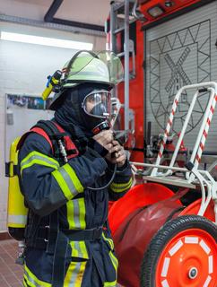 Feuerwehrmann übt den Einsatz mit Atemschutzmaske - Serie Feuerwehr