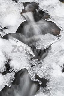 Eisformationen an einem Bach, Soeroeya, Finnmark