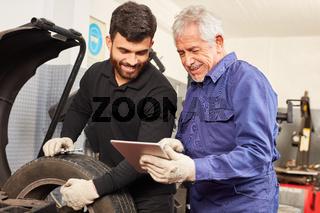 KFZ Meister als Ausbilder mit Mechatroniker Lehrling