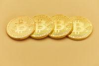 Vier Bitcoin Münzen als Internet Geld Konzept