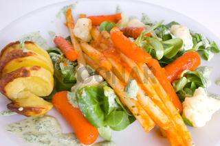 grillkartoffel mit frischen Salat
