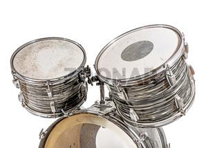 Drei Trommeln eines alten Schlagzeugs freigestellt auf Weiß
