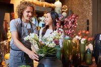 Florist und asiatische Kollegin arbeiten als Team