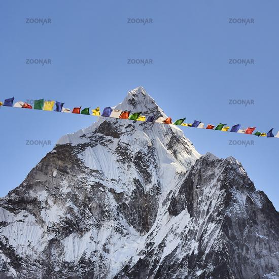 Der Gipfel des Ama Dablam in Nepal mit Gebetsfahnen