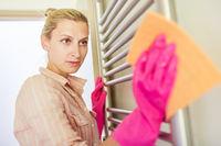 Putzfrau mit Staubtuch beim staubwischen