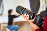 Fotograf mit Spiegelreflexkamera und Objektiv