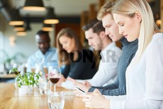 Junge Leute mit Handy Sucht im Restaurant
