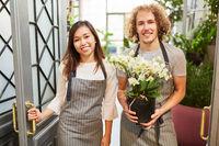 Floristen Team bei Lieferung von Blume