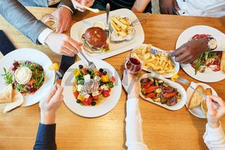 Auswahl an herzhaften Speisen im Restaurant