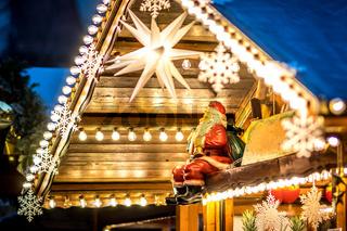 Weihnachtsdekoration mit einem sitzenden Nikolaus und vielen elektrischen Glühbirnen