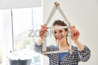 Zollstock als Symbol für Hausbau und Eigenheim