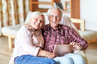 Glückliches Senioren Paar im Ruhestand mit Tablet