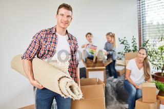 Familie und Kinder beim Umzug  beim Auspacken